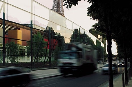 The glass wall (220 metres long, 12 metres high) on the quai Branly, similarly to that 