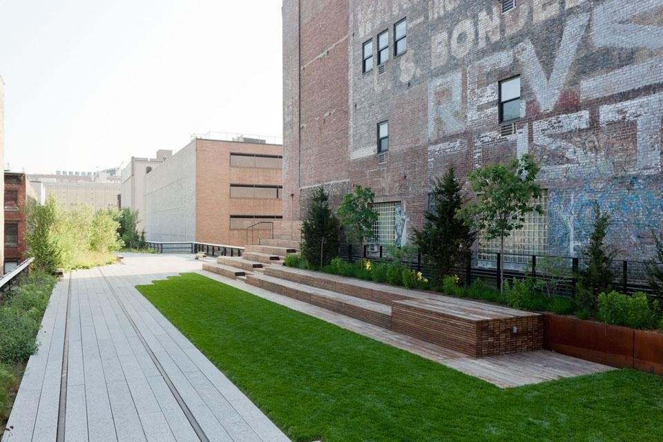 The High Line widens between West 22nd and West 23rd Street, allowing room for a tiered seating structure made from stacked Ipe wood and a lawn as well as the walkway. ©Iwan Baan, 2011.