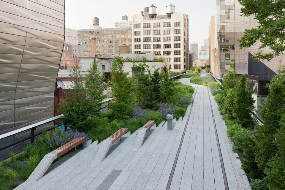 Once a secret garden in the sky, the High Line has spurred new development along its edges, including Neil Denari's HL23 (front left) and Della Valle Bernheimer's 245 10th Avenue (middle right). Looking North from West 23rd Street, the path blends with plantings. © Iwan Baan, 2011.