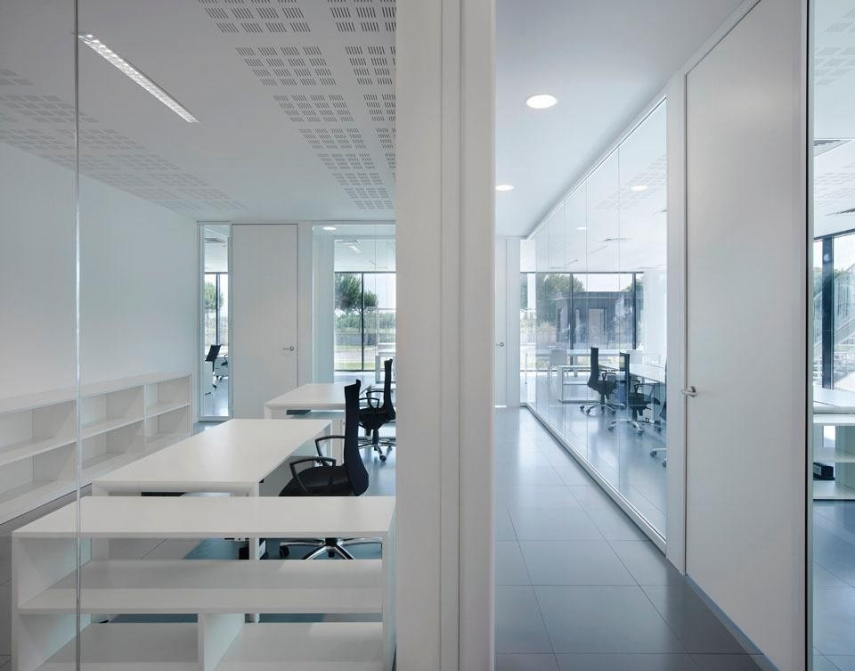 Raised floors and modular lighting systems give flexibility to the workspaces.