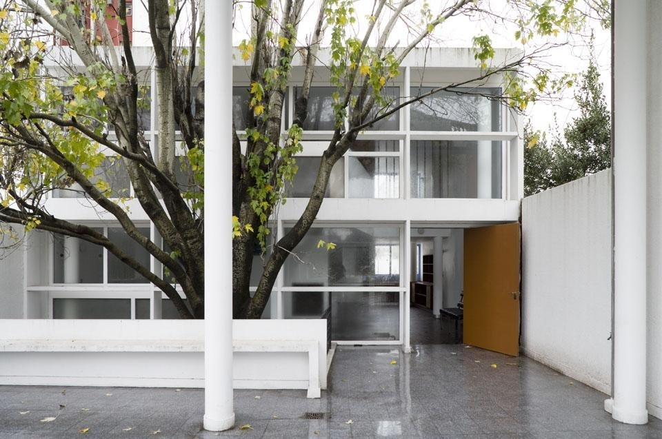 Top image: Eileen Gray and Le Corbusier's Roquebrune Cap Martin. Photo before restoration of the villa E-1027. <br />Above: the interior of the maison du docteur Curutchet in La Plata, Argentina. Photo OM Gambier, FLC / ADAGP.