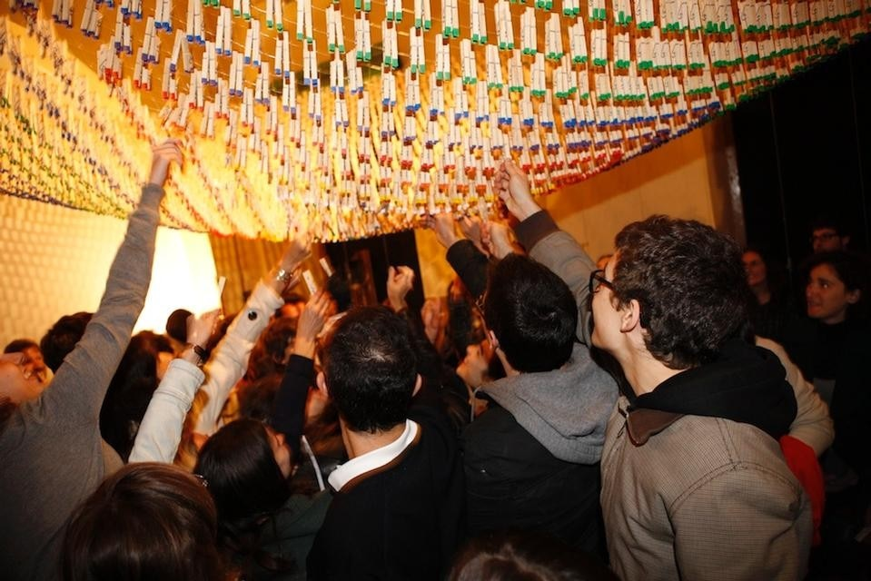 Martín Huberman created an active social performance involving humble clothes pegs.