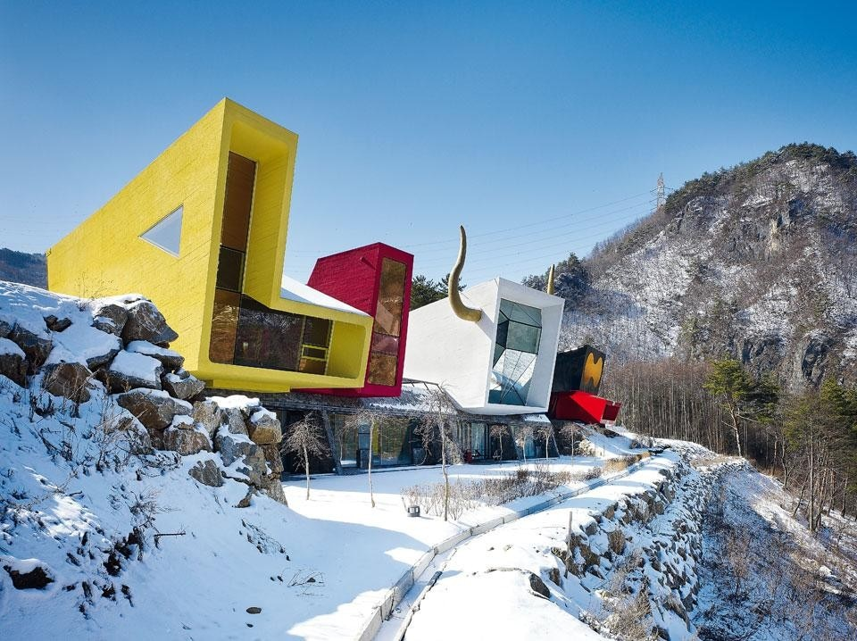 Rock It Suda (2007). Located in a mountain leisure area, this is a Korean version of the weekend pension. Each of the six modules is inspired by themes deriving from popular culture: Barbie for the yellow and pink pavilions, Spain for the white and blue ones, Stealth for the black one, and Ferrari for the red. Photo by Kim Yong Kwan