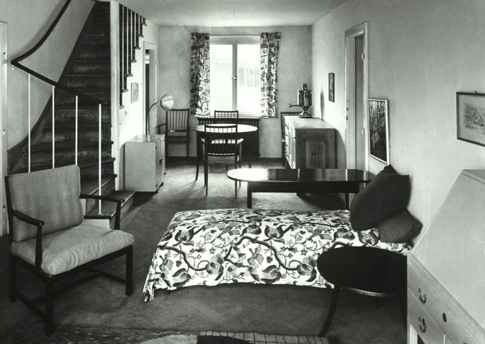 Top: View of Houses 17 to 24 by Karl Augustinus Bieber / Otto Niedermoser, Walter Loos, Eugen Wachberger und Clemens Holzmeister; coffeehouse visible in the left of the image, 1932. Photo by Martin Gerlach jun. © Wien Museum. Above: Living room in the house by Josef Frank, 1932. Photo by Martin Gerlach jun. © Wien Museum