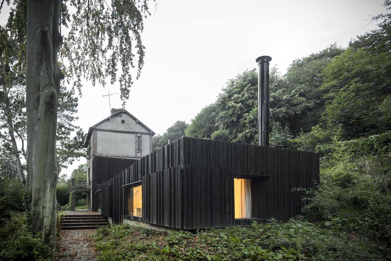 Marchi black wood house for Wood house architecture