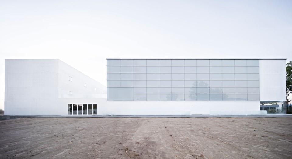Multi sport pavilion domus for Domus building cleaning