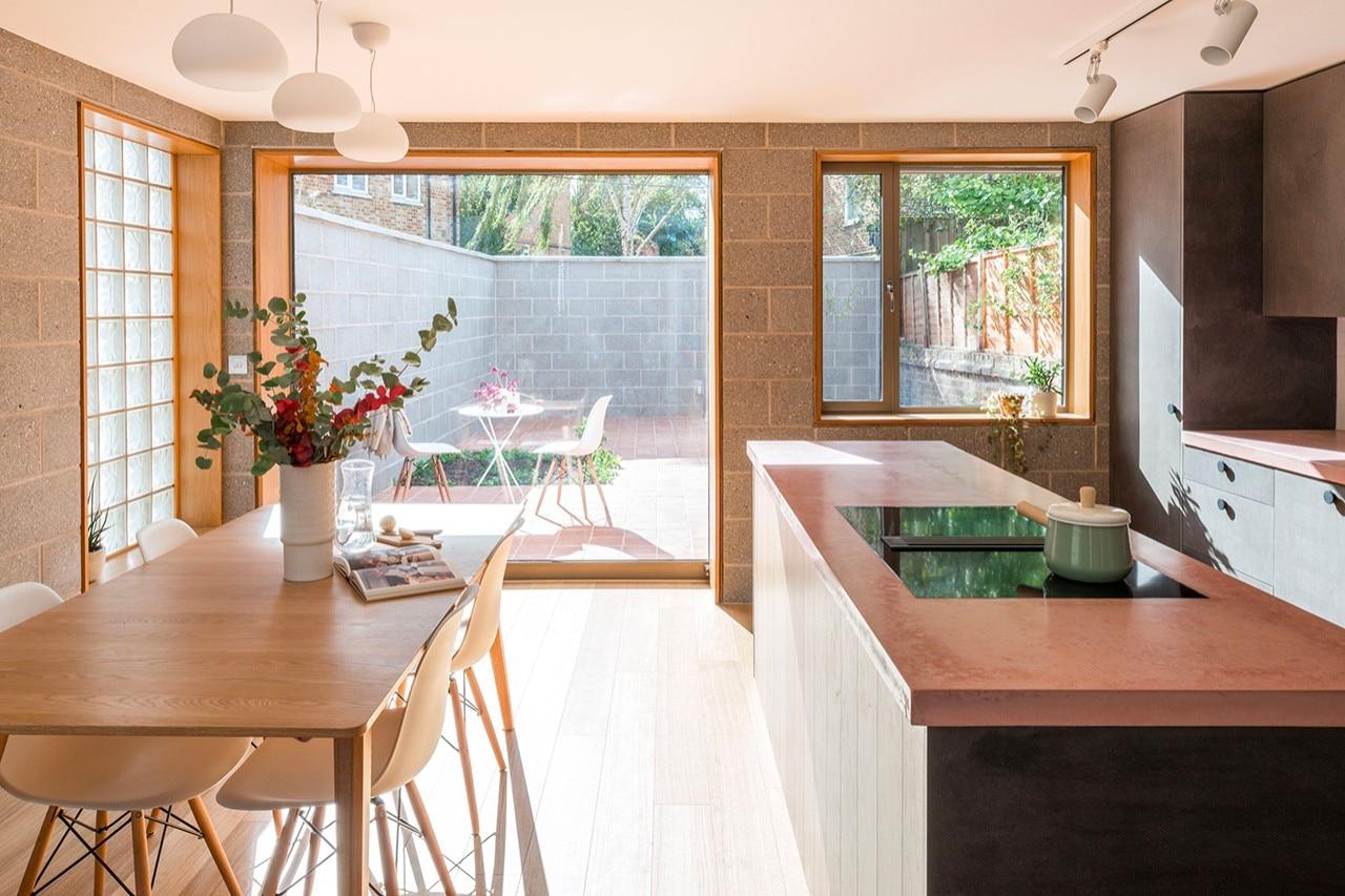 Come Svecchiare Una Casa londra. vetro mattone, terracotta e cemento rosa per