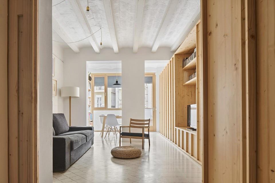 Un tappeto delicato di piastrelle rinnova un appartamento a