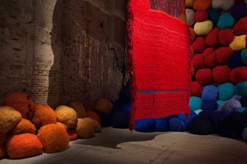 Sheila Hicks, <i>Scalata al di la dei terreni cromatici / Escalade Beyond Chromatic Lands</i>, 2016-2017. Mixed media, natural and synthetic fibers, cloth, slate, bamboo, sunbrella, 600 x 1.600 x 400 cm. Photo Andrea Avezzù