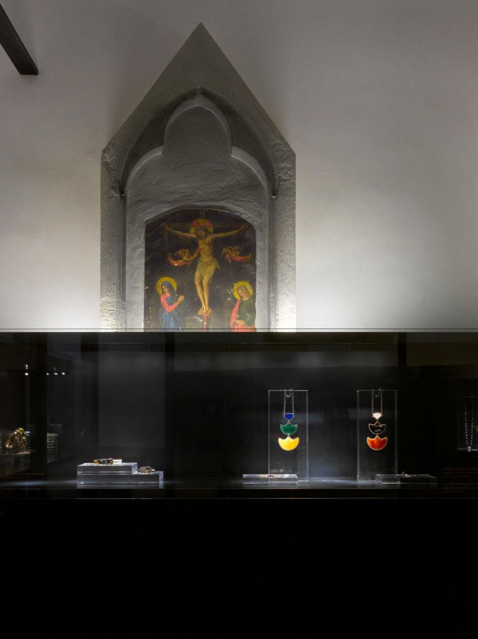 The section devoted to jewelry and precious objects. Photo courtesy of Richard Bryant & GUCCI.
