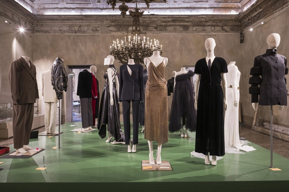 """d93d4a36e6d Allestimento della mostra """"Italiana. L'Italia vista dalla moda 1971-2001"""""""