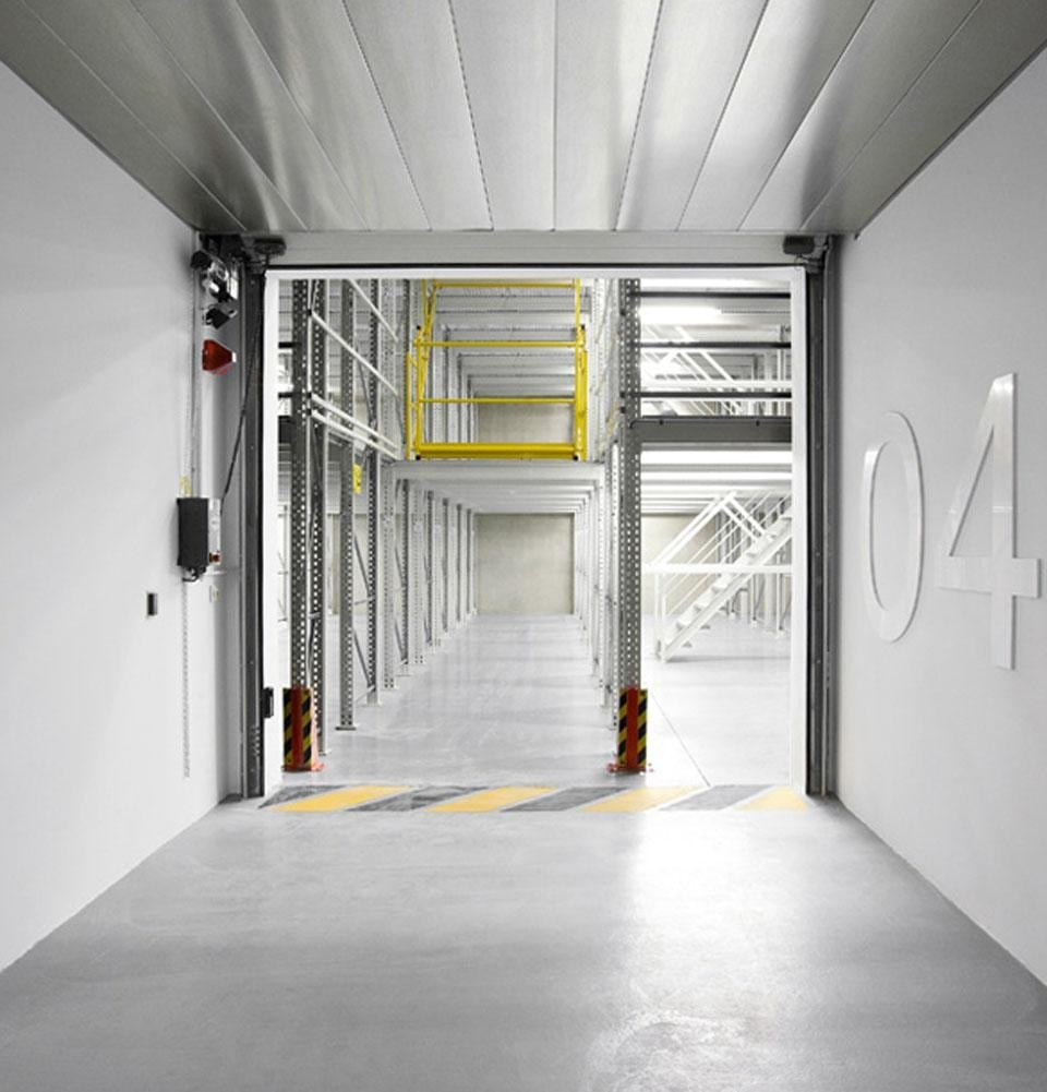 The archives are located on 4 different floors. The different archives are divided on a trasversal and nevralgic line where we can find the elevators, the technical rooms and security exits.
