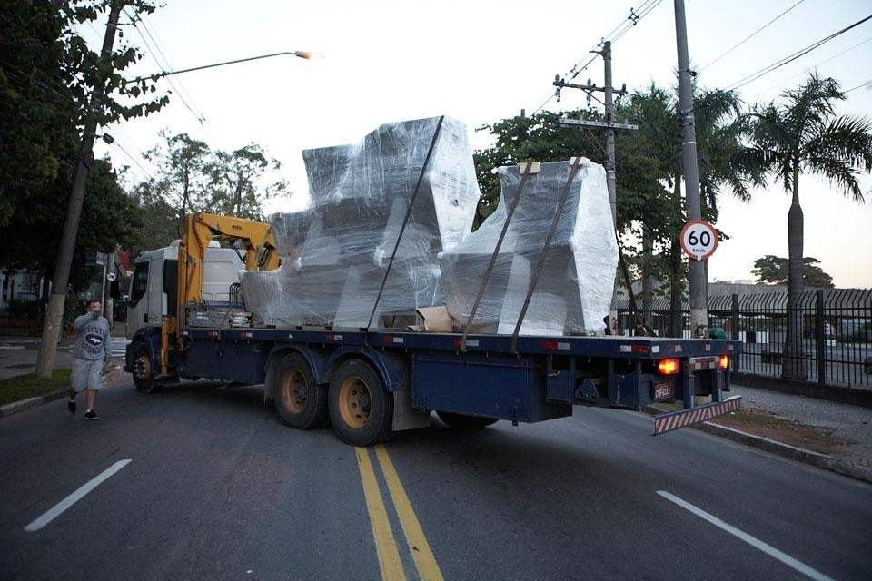 The sculpture arrives to the installation site. Photo © Dror for Love & Art Children Foundation
