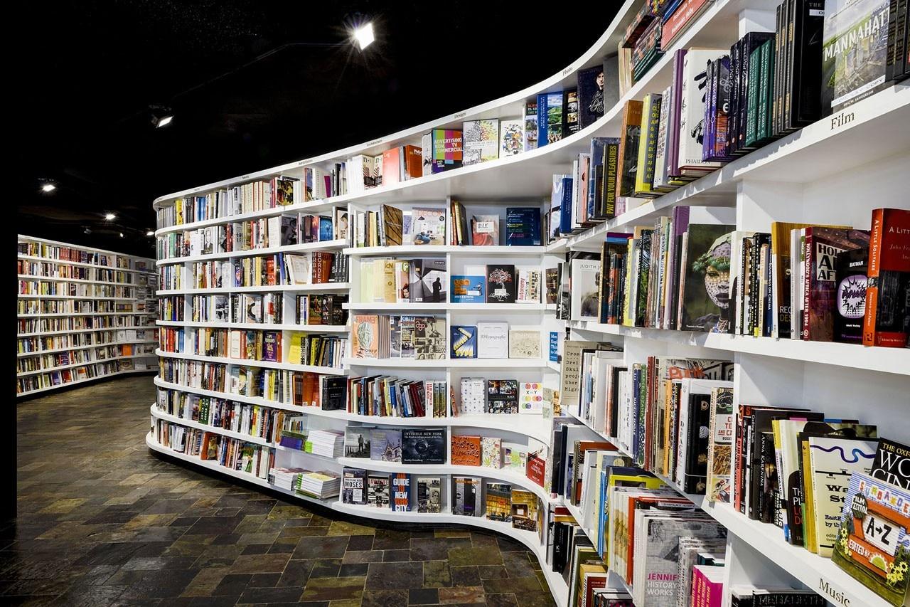 Необычный волновой интерьер книжного магазина сан-марко.