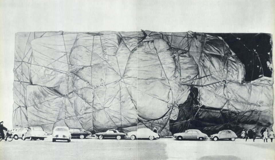 Christo and Jeanne-Claude, Projet d'un édifice public empaqueté, collage, 1961 - domus 402, 1963