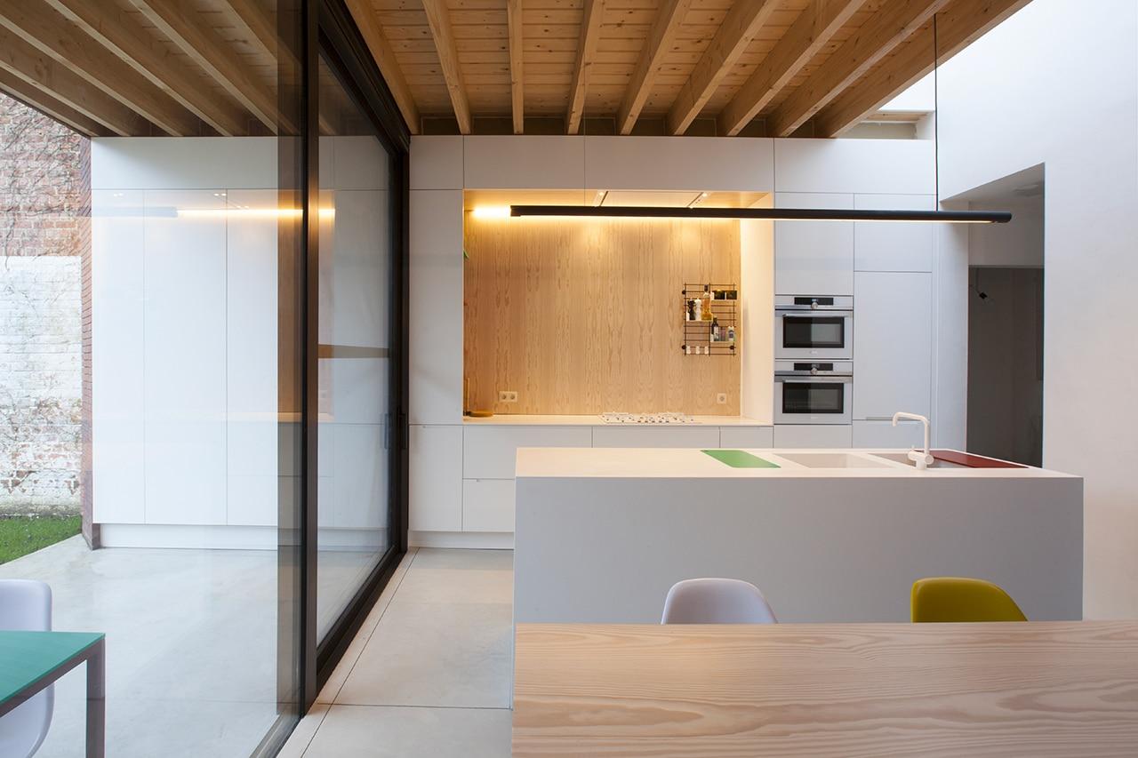 Mattoni e mobili della cucina continuano all\'esterno in una casa a ...