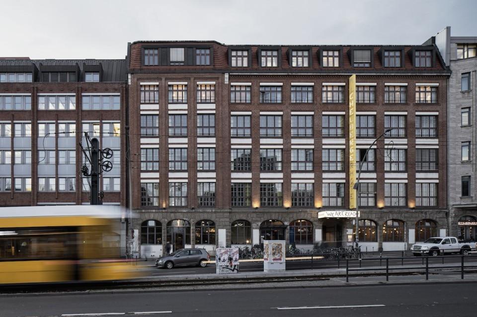 Tra turismo e vita quotidiana un hotel a berlino domus for Berlino hotel design