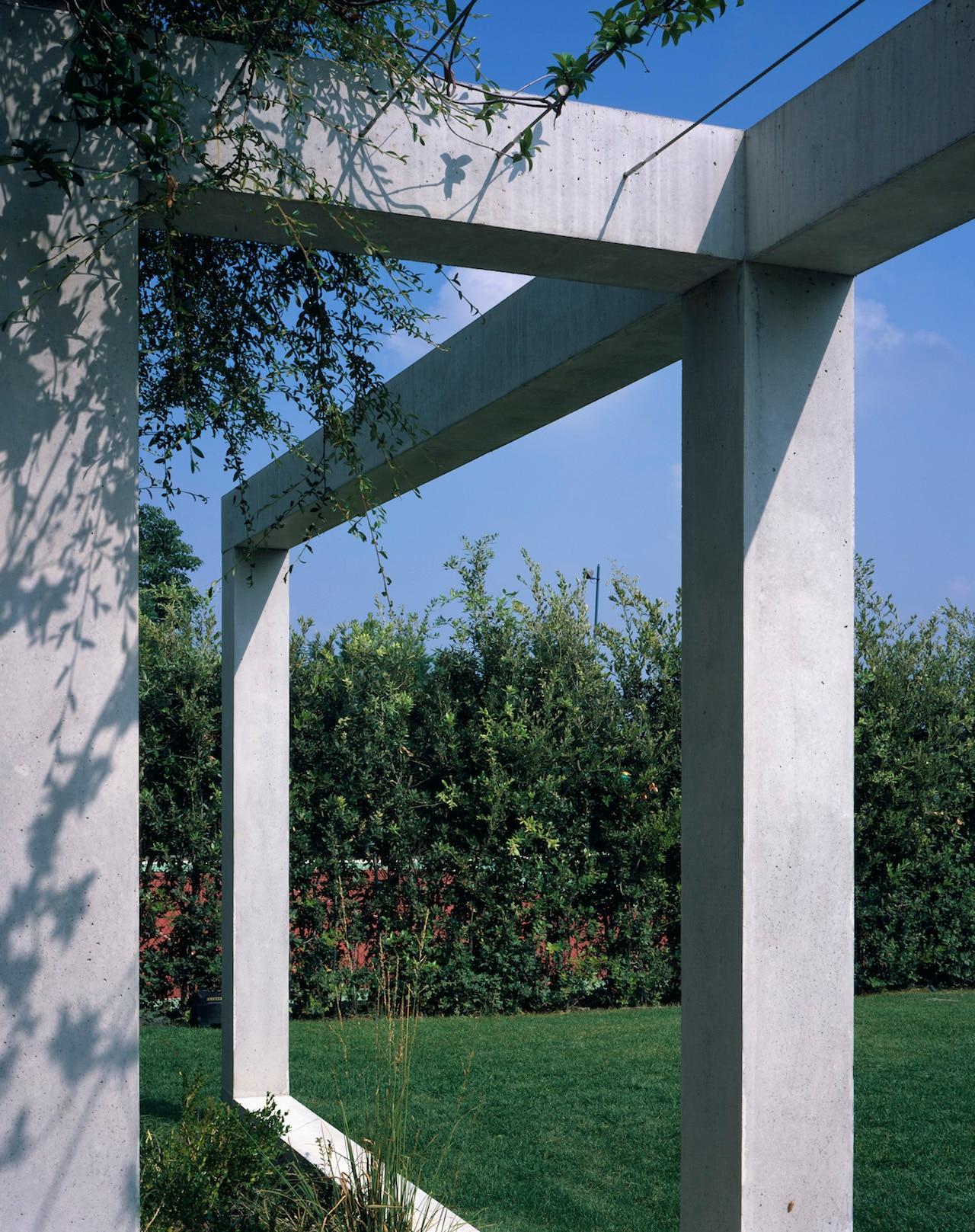 Cornici di cemento nella ristrutturazione di una casa di collina