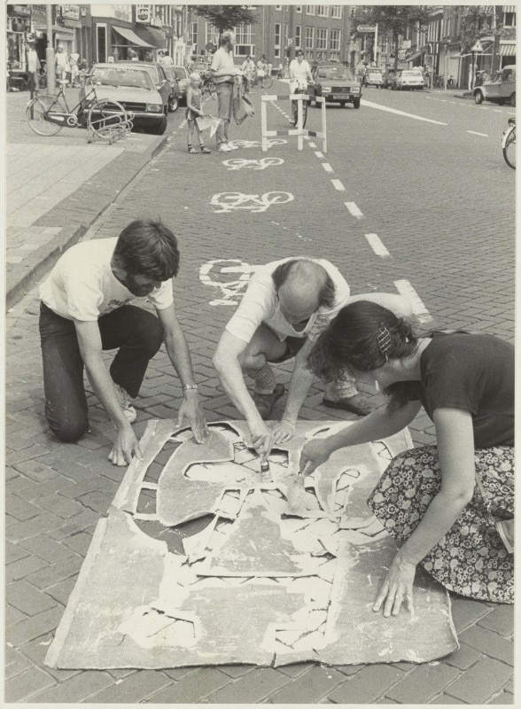 Members of the Cyclists' Union take action on the Gedempte Oude Gracht by applying prints to mark the bike path. Image shot between 1984 and 1986. Image via Wikimedia Commons – Noord-Hollands Archief / Fotoburo de Boer