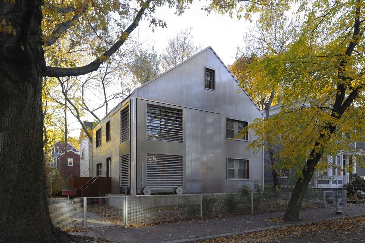 Casa con grande finestra domus for Log casa architetti