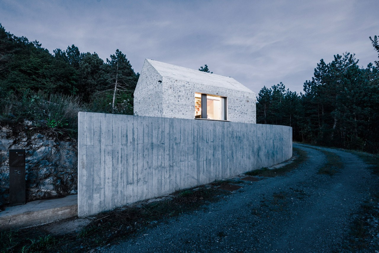 Casa compatta sul carso domus for Minimal architettura