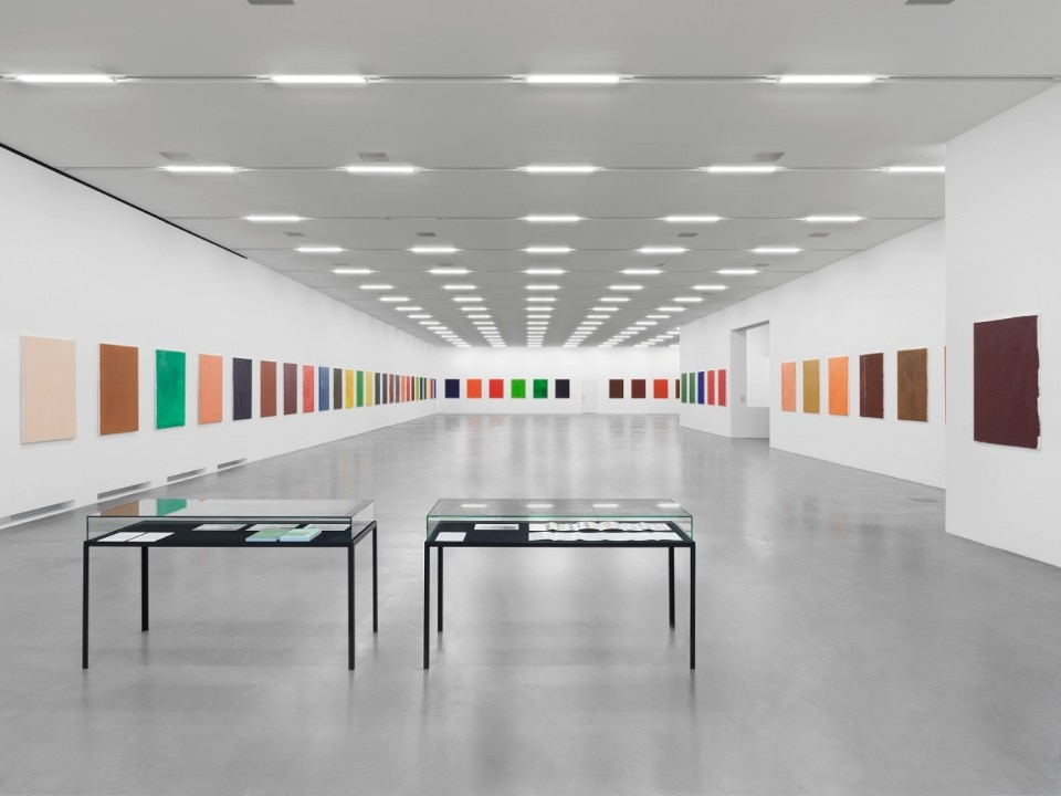 Maria Eichhorn, 72 Bilder (1992–93), 72 monochrome painted canvases, name tags, labeling on the reverse side of the canvases, each 123 x 93 cm, vitrine, Sammlung Migros Museum für Gegenwartskunst, photo: Lorenzo Pusterla © ProLitteris, Zürich
