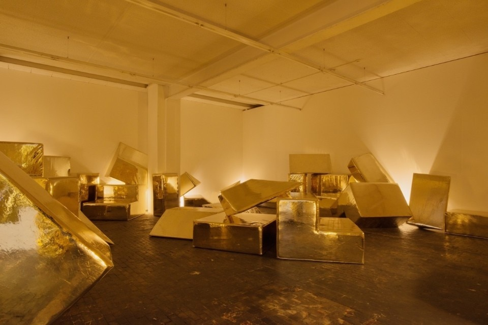 Andreas Angelidakis, DEMOS Gold Bar, 2018 46 moduli rivestiti in similpelle oro / 46 modules upholstered in gold leatherette © Andreas Angelidakis Courtesy: The Breeder, Athens; Centre d' Art Contemporain Genève