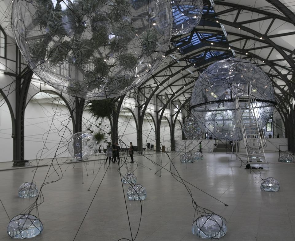 Tomás Saraceno, <i>Cloud Cities</i>, 2011. Vista dell'installazione alla Hamburger Bahnhof. Photo Tomás Saraceno.