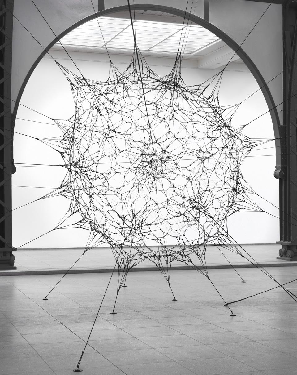 Tomás Saraceno, <i>Cloud Cities</i>, 2011. Vista dell'installazione alla Hamburger Bahnhof. Photo Jens Ziehe.