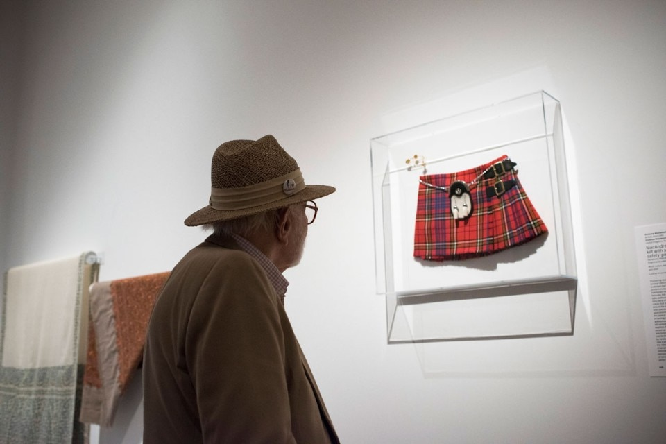 "Vista della mostra ""Items: Is Fashion Modern?"", MoMA, New York. © 2017 The Museum of Modern Art. Photo Martin Seck"