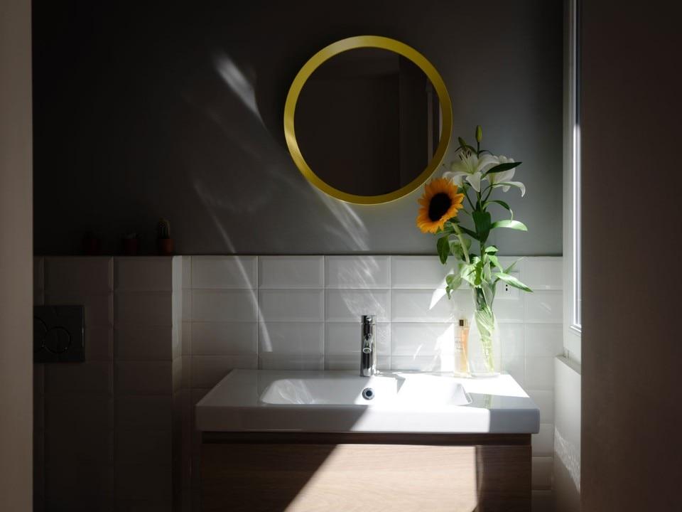 Milano un mini appartamento con poco spazio ma tanti usi - Creare un bagno in poco spazio ...