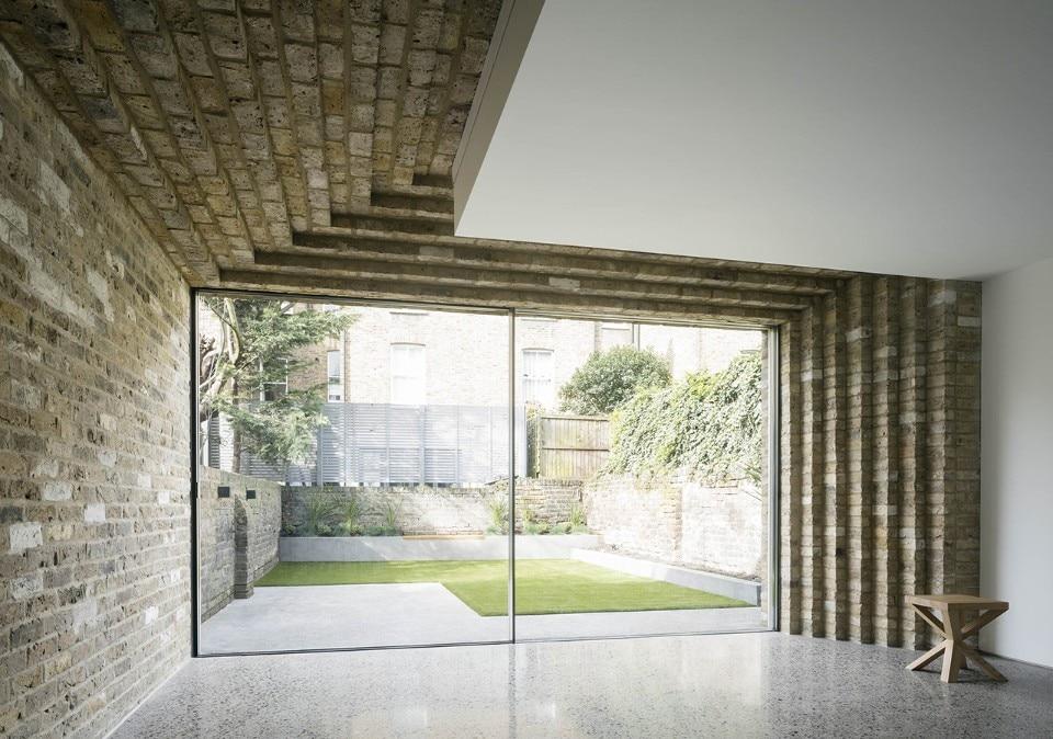 Londra una villetta a schiera con mattoni sospesi domus