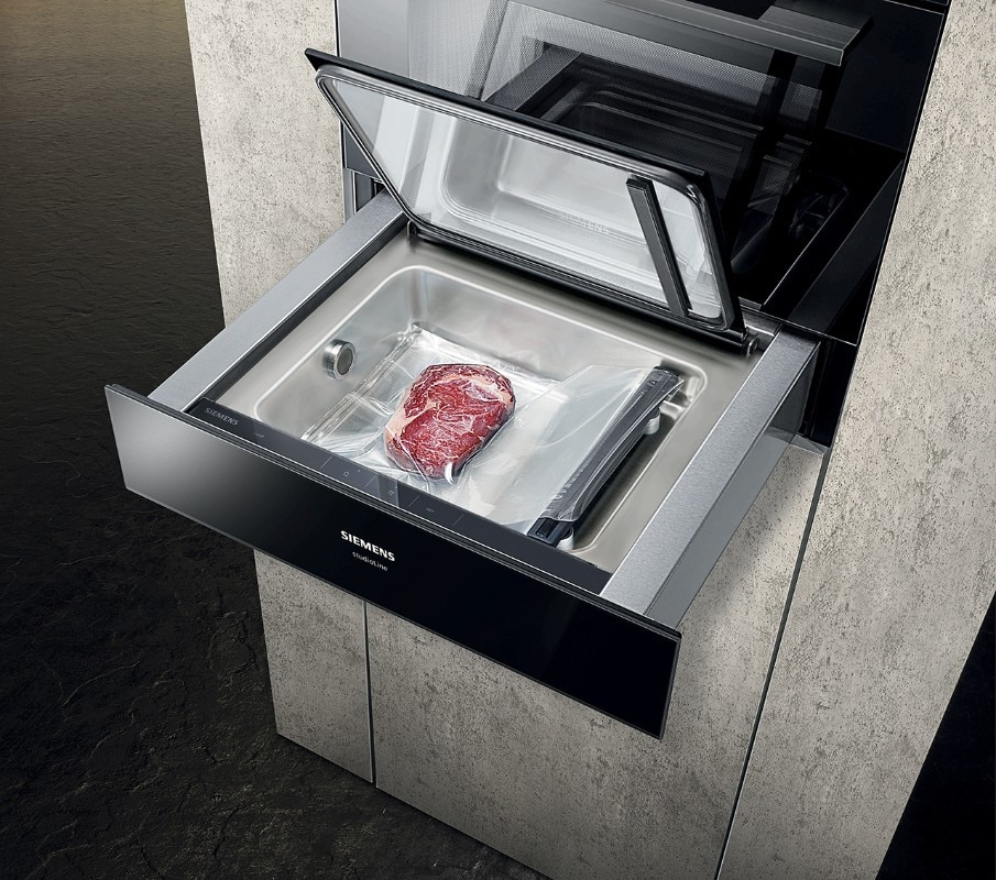 The new Siemens range also works with slowness: the sous-vide drawer, for example, seals and cooks at a low temperature vacuum, preserving the flavours of food