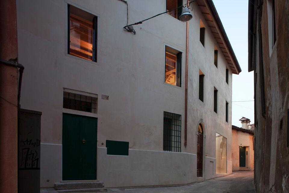 Giovanni Traverso and Paola Vighy strove to preserve the exterior of the building in front of the Misericordia in Vicenza 'as it was.'