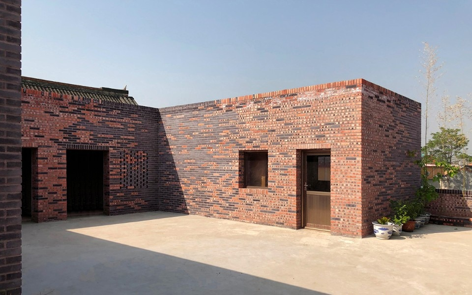 Beijing. A brick courtyard house between modernity and tradition
