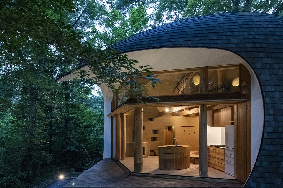 Earth and wood shell is an ideal refuge in Nagano woods