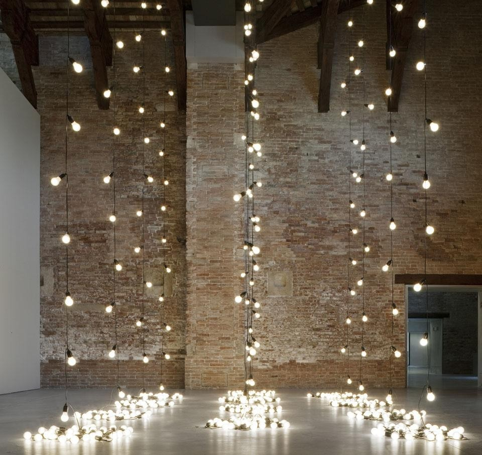 Sturtevant, <i>Felix Gonzalez-Torres, AMERICA AMERICA,</i> 2004. Light bulbs, rubber light sockets and cords, dimensions variable. Courtesy Sturtevant © Palazzo Grassi. Top: Charles Ray, <i>Boy with Frog,</i> 2005-2007. Painted steel, 247 x 91 x 96.5 cm. © Charles Ray / Courtesy Matthew Marks Gallery. © Palazzo Grassi.
