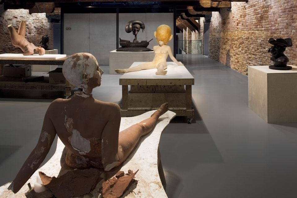 Paul McCarthy, <i>Plaster Clay Figure,</i> 2005. Plaster, clay, wood, 134.6 x 121.9 x 182.9 cm. Courtesy the artist and Hauser & Wirth. © Palazzo Grassi.