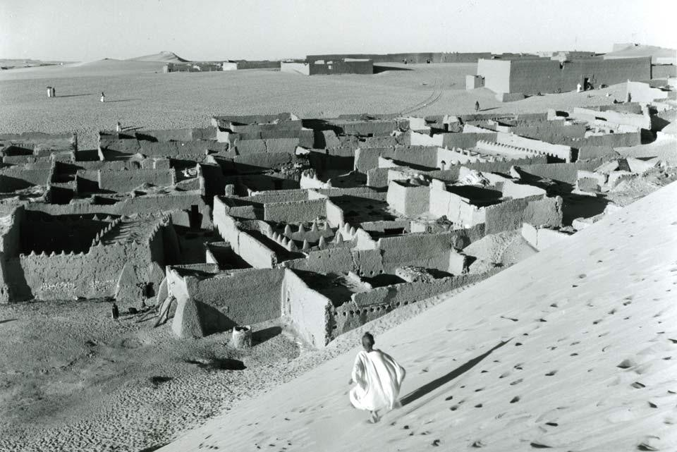 Top: <i>Mosque</i>, In Salah, central Algeria. Above: <i>In Salah</i>, central Algeria. Peter W. Häberlin, Fotostiftung Schweiz, Winterthur