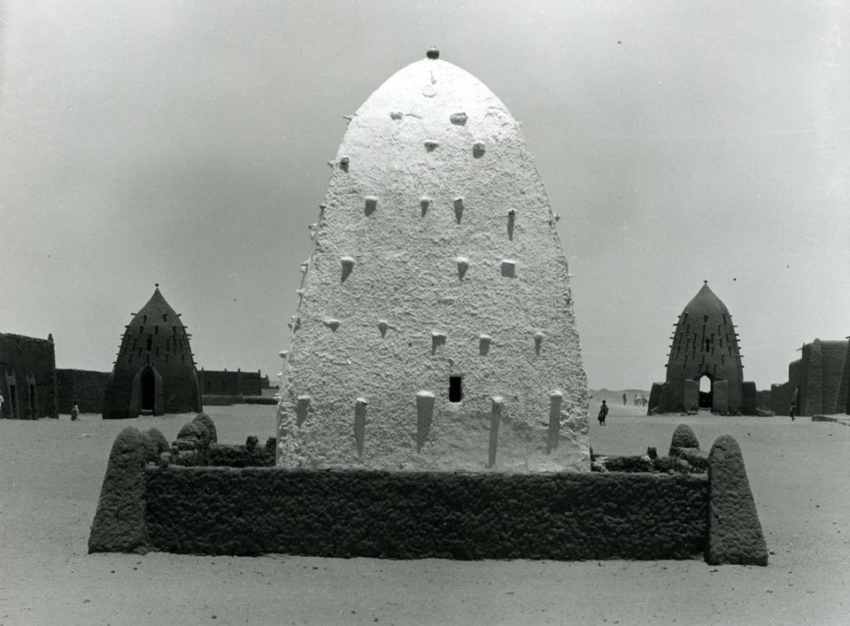<i>A marabout's domed tomb</i>, Timimoun, central Algeria. Peter W. Häberlin, Fotostiftung Schweiz, Winterthur