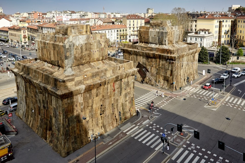 Ibrahim Mahama in Milan wrapped Porta Venezia, but don't call him Christo