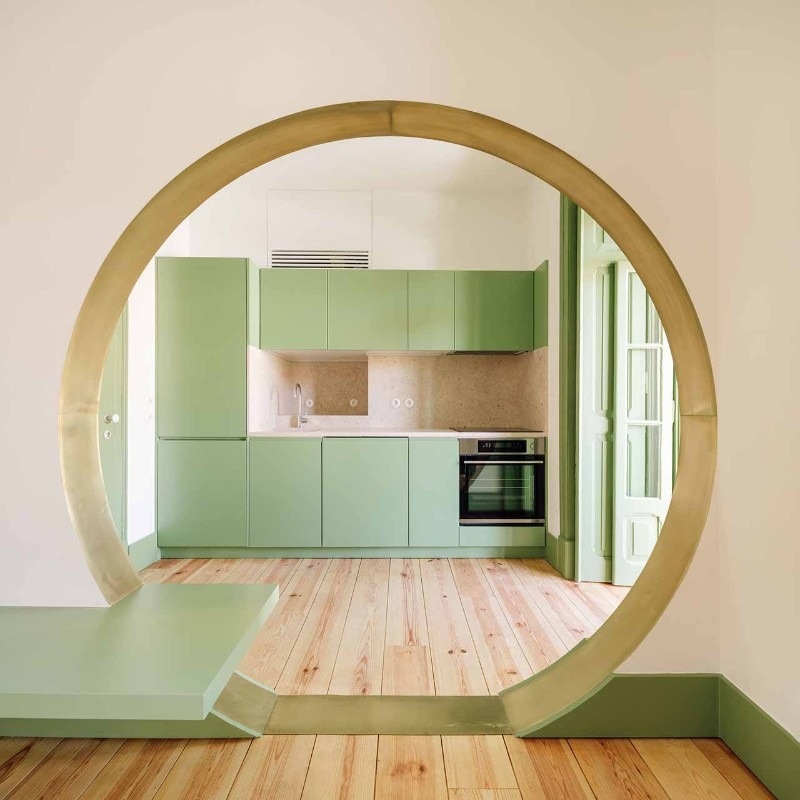 A circular opening between past and present in two apartments in Lisbon