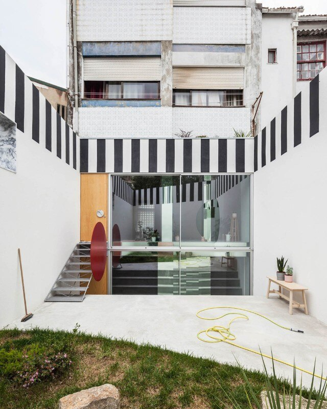 In Porto, the expressive reconversion of a store in an apartment