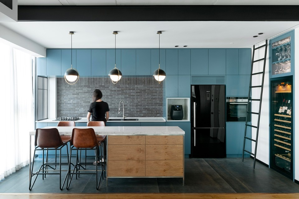 Tel Aviv. An apartment combines emotional vintage with ultra-contemporary design